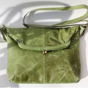 Medium Clip Bag Apple Green Leather